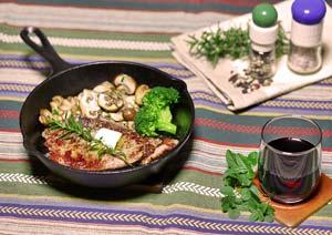 ステーキ肉とローズマリーの葉