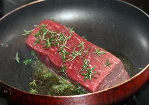 ローズマリーの葉を使ってローストビーフを調理