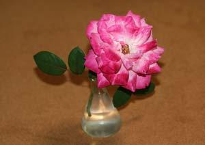 聖火のバラの花の一輪挿し